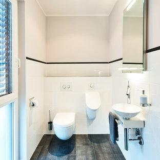 Inspiration för mellanstora moderna toaletter, med vit kakel, keramikplattor, klinkergolv i keramik, ett fristående handfat, ett urinoar och vita väggar