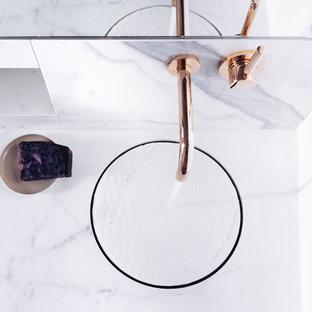 Oh Calacatta! Fugenlose Marmorbäder im hellen Design