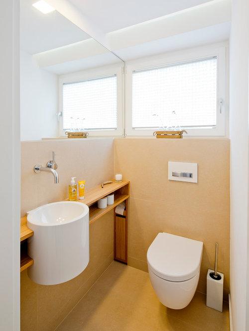 Kleine Moderne Gästetoilette Mit Offenen Schränken, Wandtoilette, Beiger  Wandfarbe, Waschtisch Aus Holz,