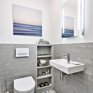 Idee per un piccolo bagno di servizio minimal con WC a due pezzi, piastrelle grigie, piastrelle diamantate, pareti beige, pavimento con piastrelle in ceramica, lavabo sospeso, pavimento beige e mobile bagno sospeso