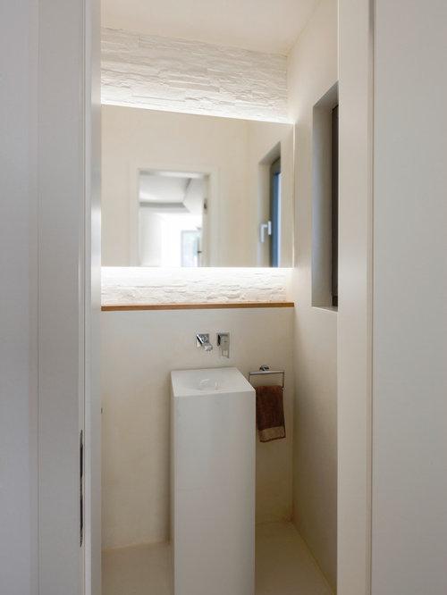 Kleine Moderne Gästetoilette Mit Sockelwaschbecken Und Beiger Wandfarbe In  Frankfurt Am Main