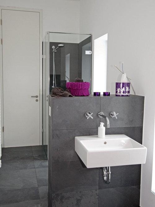 Mittelgroße Moderne Gästetoilette Mit Grauen Fliesen, Weißer Wandfarbe,  Wandwaschbecken, Schieferboden Und Steinfliesen In