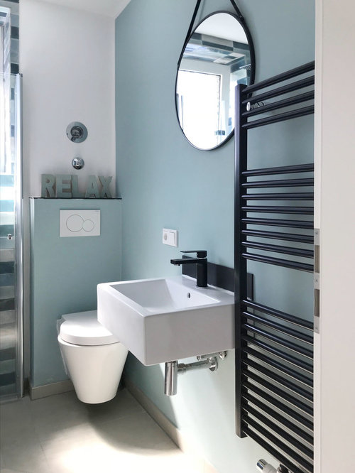 Kleine Moderne Gästetoilette Mit Blauer Wandfarbe, Beigem Boden,  Wandtoilette Und Wandwaschbecken In Sonstige