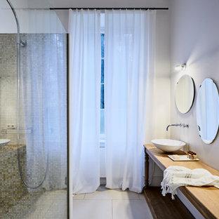 フランクフルトの小さいコンテンポラリースタイルのおしゃれなトイレ・洗面所 (淡色木目調キャビネット、壁掛け式トイレ、大理石タイル、白い壁、磁器タイルの床、ベッセル式洗面器、ステンレスの洗面台、ベージュの床、オープンシェルフ) の写真