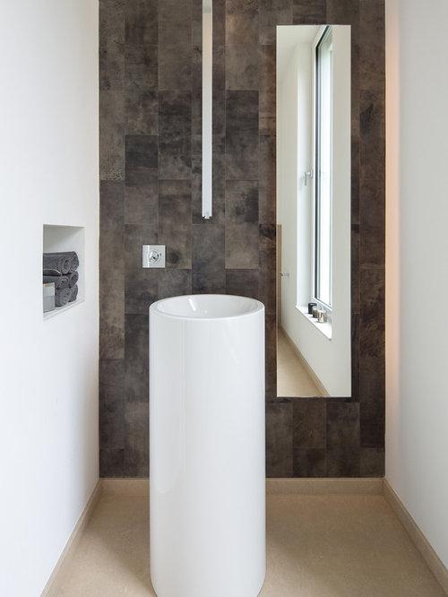 Moderne Gästetoilette Mit Offenen Schränken, Brauner Wandfarbe Und  Aufsatzwaschbecken In Essen