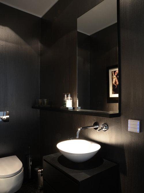 Kleine Moderne Gästetoilette Mit Flächenbündigen Schrankfronten, Schwarzen  Schränken, Wandtoilette, Schwarzer Wandfarbe Und Aufsatzwaschbecken