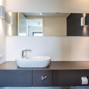 Kleine Moderne Gästetoilette Mit Flächenbündigen Schrankfronten, Weißer  Wandfarbe Und Aufsatzwaschbecken In Köln