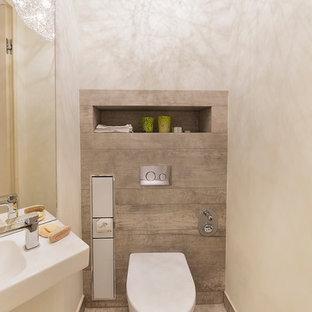 Kleine Moderne Gästetoilette mit Wandtoilette mit Spülkasten, beigefarbenen Fliesen, weißer Wandfarbe, Wandwaschbecken und beigem Boden in Hamburg