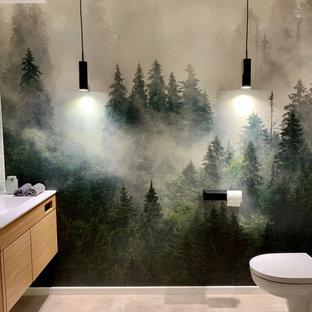 ミュンヘンの小さいコンテンポラリースタイルのおしゃれなトイレ・洗面所 (フラットパネル扉のキャビネット、ベージュのキャビネット、緑のタイル、セラミックタイル、グレーの壁、コンクリートの床、オーバーカウンターシンク、木製洗面台、グレーの床、造り付け洗面台、壁紙) の写真