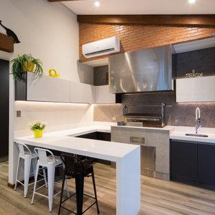 Exempel på ett mellanstort minimalistiskt uterum, med en hängande öppen spis och en spiselkrans i metall