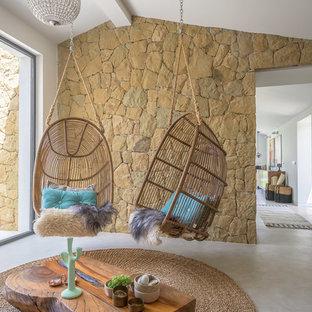 Cette photo montre une véranda exotique de taille moyenne avec béton au sol et un plafond standard.
