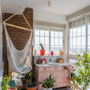 Idées déco pour une petit véranda romantique avec un plafond standard et un sol gris.