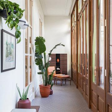 Galería interior con rincón de lectura en apartamento en la Casa Burés de Barcel