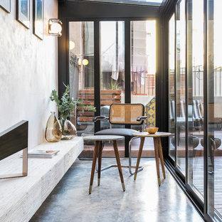 Foto di una veranda moderna con soffitto in vetro e pavimento grigio