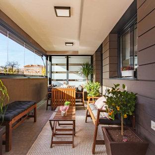 Imagen de galería actual, de tamaño medio, con suelo de baldosas de porcelana, techo estándar y suelo gris