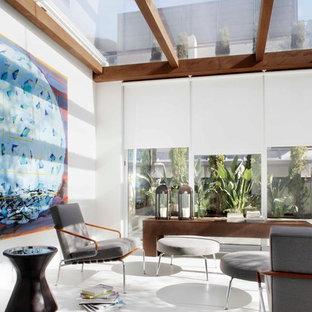 Diseño de galería actual, grande, sin chimenea, con suelo de baldosas de cerámica y techo de vidrio