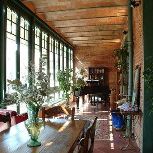 Idéer för att renovera ett mellanstort industriellt uterum, med klinkergolv i terrakotta och tak