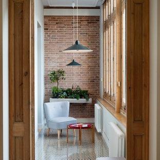 Ejemplo de galería mediterránea, pequeña, sin chimenea, con suelo de baldosas de cerámica y techo estándar
