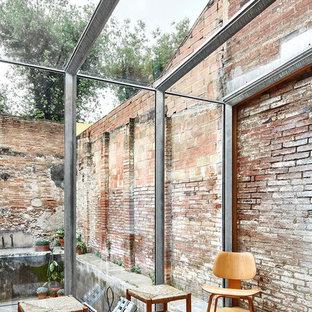 Bild på ett mellanstort industriellt uterum, med ljust trägolv och glastak