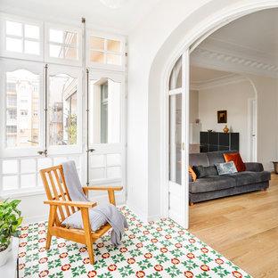 Diseño de galería actual con suelo de madera en tonos medios y suelo marrón