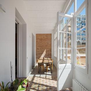 Ispirazione per una veranda mediterranea con pavimento in cemento, soffitto classico e pavimento multicolore