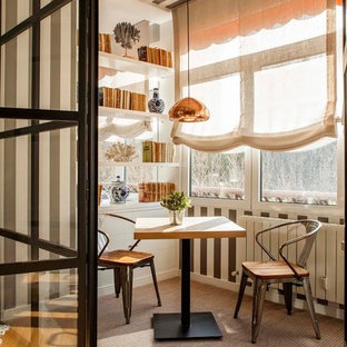 Свежая идея для дизайна: терраса в стиле фьюжн с стандартным потолком и коричневым полом без камина - отличное фото интерьера