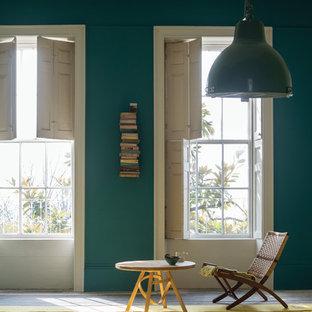 Esempio di un soggiorno classico con libreria e pareti blu