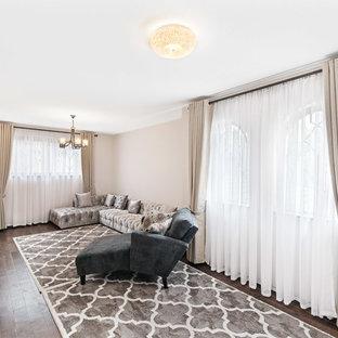 他の地域の広いラスティックスタイルのおしゃれなオープンリビング (濃色無垢フローリング、茶色い床、マルチカラーの壁、据え置き型テレビ) の写真