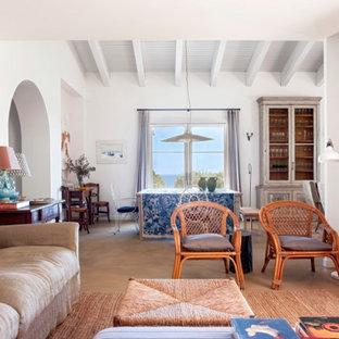 大きいビーチスタイルのおしゃれなファミリールーム (ゲームルーム、白い壁、コンクリートの床、内蔵型テレビ、グレーの床) の写真