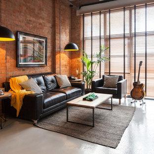 Modelo de sala de estar con rincón musical abierta, industrial, con paredes rojas y televisor independiente