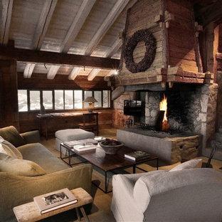 Cette image montre une grande salle de séjour chalet ouverte avec un sol en bois clair, une cheminée standard et un téléviseur fixé au mur.