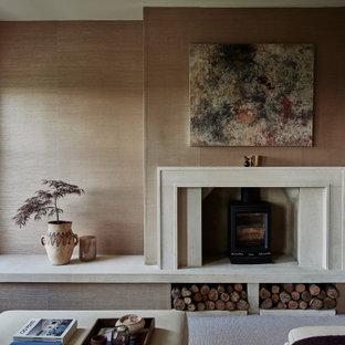 Mittelgroßes, Abgetrenntes Klassisches Wohnzimmer mit rosa Wandfarbe, Teppichboden, Kaminofen, Kaminumrandung aus Stein und freistehendem TV in Wiltshire