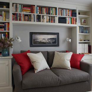 Ejemplo de sala de estar con biblioteca cerrada, actual, pequeña, con paredes grises y suelo de piedra caliza