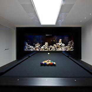 Ejemplo de sala de juegos en casa contemporánea con paredes multicolor
