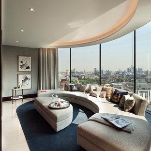 Großes, Abgetrenntes Modernes Wohnzimmer ohne Kamin mit grauer Wandfarbe, Marmorboden, Wand-TV und buntem Boden in London