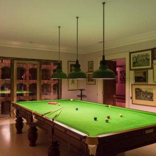 Idee per un grande soggiorno tradizionale chiuso con sala giochi, pareti bianche, pavimento in terracotta e pavimento beige