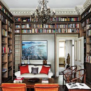 ロンドンのトラディショナルスタイルのおしゃれな独立型ファミリールーム (ライブラリー、茶色い壁、濃色無垢フローリング、標準型暖炉、テレビなし、茶色い床) の写真
