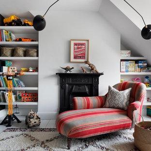 ロンドンの小さいエクレクティックスタイルのおしゃれなファミリールーム (ゲームルーム、白い壁、淡色無垢フローリング、標準型暖炉) の写真