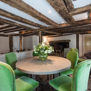Diseño de sala de juegos en casa cerrada, de estilo de casa de campo, de tamaño medio, con paredes blancas, chimenea tradicional, marco de chimenea de ladrillo y televisor colgado en la pared