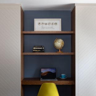 ハートフォードシャーのコンテンポラリースタイルのおしゃれなファミリールーム (ゲームルーム、青い壁、濃色無垢フローリング) の写真