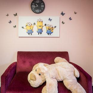 Imagen de sala de estar contemporánea, pequeña, sin chimenea, con paredes rosas, moqueta, televisor colgado en la pared y suelo azul