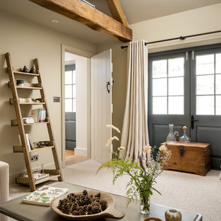 Inspiration pour une petite salle de séjour rustique fermée avec un mur beige, moquette, un sol beige, aucune cheminée et aucun téléviseur.
