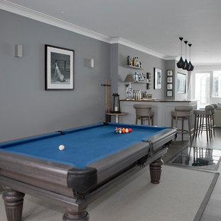 Foto di un soggiorno tradizionale di medie dimensioni e aperto con sala giochi, pareti grigie, pavimento grigio e parquet chiaro