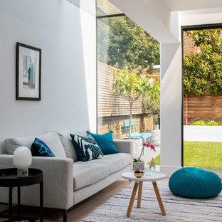 Ispirazione per un grande soggiorno minimal aperto con pareti grigie, parquet chiaro, nessun camino, nessuna TV e pavimento beige