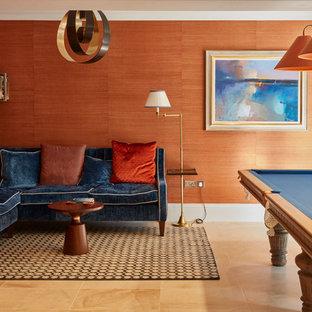 Inspiration pour une salle de séjour traditionnelle avec salle de jeu, un mur orange et un sol marron.