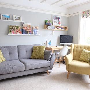 Idee per un soggiorno tradizionale con pareti grigie, moquette e pavimento beige