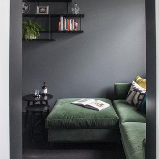 Modelo de sala de estar cerrada, contemporánea, pequeña, con paredes negras, suelo de madera oscura, televisor independiente y suelo marrón