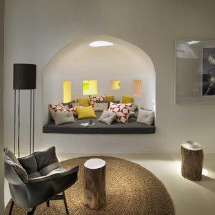 ロンドンの中くらいの地中海スタイルのおしゃれな独立型ファミリールーム (白い壁、セラミックタイルの床、暖炉なし、テレビなし) の写真