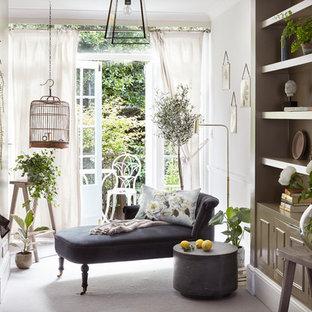 Inspiration pour une salle de séjour style shabby chic avec un mur blanc, moquette et un sol blanc.