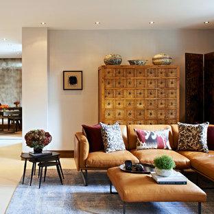 Modelo de sala de estar cerrada, asiática, grande, sin chimenea y televisor, con paredes blancas y suelo de baldosas de cerámica